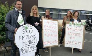 Une quarantaine de salariés manifestaient devant le siège d'Artmadis, à Wasquehal, vendredi.