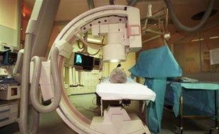 Une coronarographie est un examen d'imagerie par rayons X permettant de visualiser les artères coronaires, grâce à l'injection d'un produit de contraste. Une sonde d'exploration est introduite dans une artère (généralement fémorale) puis conduite jusqu'aux artères coronaires. Une angioplastie, technique permettant de dilater une artère coronaire rétrécie, peut être faite dans la foulée.