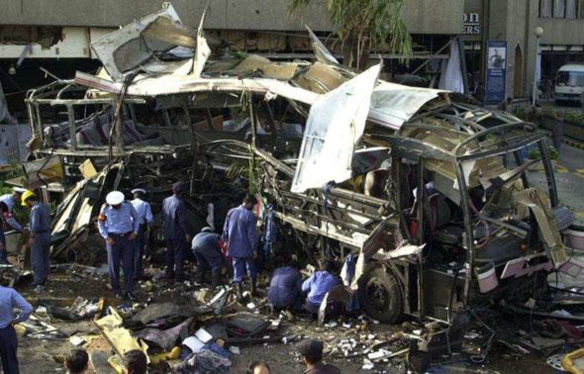 Un bus transportant des Français visé par un attentat à Karachi, au Pakistan, le 8 mai 2002 – A. QURESHI / AFP