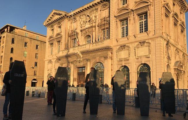 Les cercueils avec les prénoms des victimes de la rue d'Aubagne devant la mairie de Marseille.