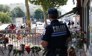 Un agent de la police municipale de Rouen devant le bar Au Cuba Libre, où un incendie a tué au moins 13 personnes le 6 août 2016.