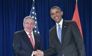 Le président américain Barack Obama serre la main de son homologue cubain Raul Castro, lors d'une rencontre en marge de l'Assemblée générale de l'ONU, le 29 septembre 2015 à New York