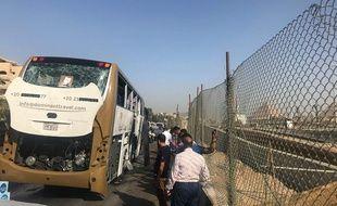 Une explosion a touché dimanche un bus touristique près des célèbres pyramides.