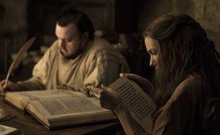 Samwell et Gilly bouquinent bien au chaud ans une bibliothèque de Villevieille (Game of Thrones)