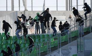 Des supporters stéphanois envahissent les tribunes de Geoffroy-Guichard lors de Saint-Etienne-Rennes, alors que le match se déroule à hui clos, le 23 avril 2017.