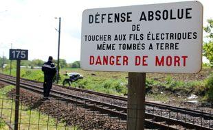 Illustration d'un passage à niveau et d'un panneau de signalisation en Ille-et-Vilaine.