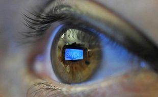 Le logo du logiciel Skype refleté dans l'œil d'un utilisateur.