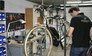 Un vélo classique transformé en VAE par Thomas kautz .dans son atelier.