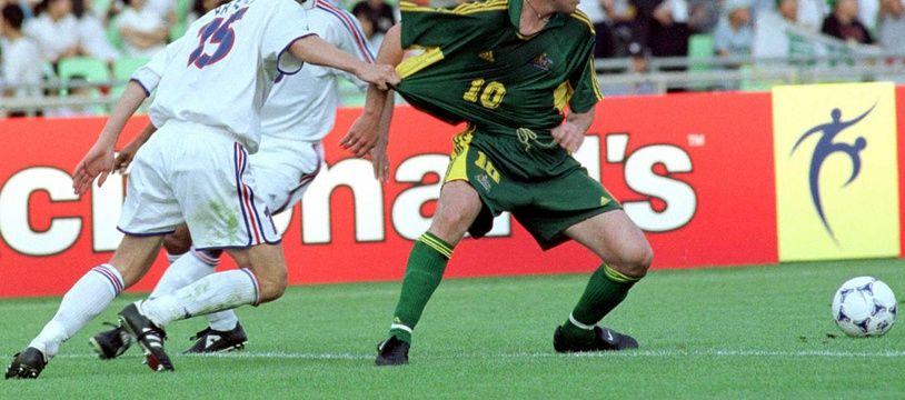 Jérémie Bréchet, ici en blanc contre l'Australie, un des symboles du groupe français de la Coupe des Confédérations 2001.