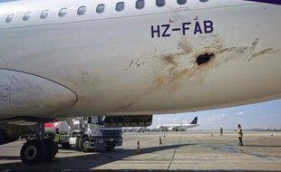 Une partie de la coque de l'avion est endommagée.