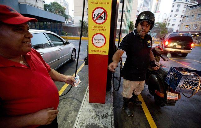 Un motocycliste paie son essence à Caracas, le 17 février 2016.