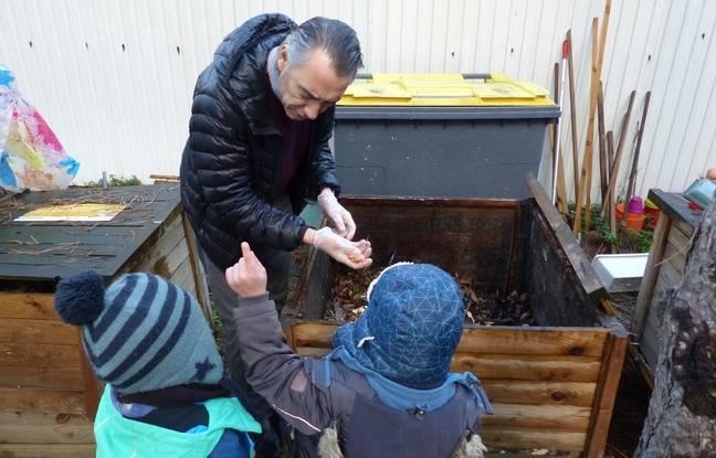 A l'école maternelle de la Pointe d'Ivry à Paris, les élèves devant un bac de compost.