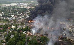 L'explosion d'au moins quatre wagons-citernes chargés de pétrole brut samedi dans le centre d'une petite ville du Québec après le déraillement d'un train a fait au moins un mort et provoqué un important incendie embrasant une trentaine de bâtiments, selon les autorités.