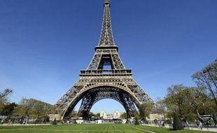 Huit jeunes Roumains, soupçonnés d'être des pickpockets volant les touristes visitant la Tour Eiffel, vont être présentés à un juge