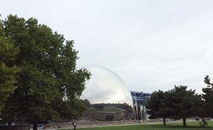 Point de départ de la rando, la Géode de la Cité des sciences mêle son gris métallique au gris du ciel.