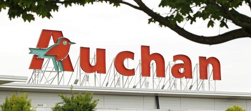 La voiture a explosé près du parking du magasin Auchan de Brétigny-sur-Orge.