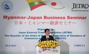 """Le Premier ministre japonais Shinzo Abe a promis samedi """"toute l'aide possible"""" de son pays au développement de la Birmanie au premier jour d'une visite axée sur l'économie, lors de laquelle il a notamment apporté son soutien à une zone industrielle majeure près de Rangoun."""