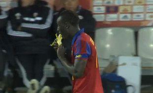 Famara Diedhiou, attaquant du GFC Ajaccio, mange une banane pour célébrer son but lors d'un match contre le Red Star en National, le 2 mai 2014.