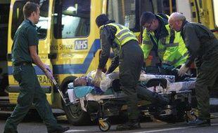 Les secours emmènent Ian Tomlinson, victime d'un malaise après avoir été bousculé par un policier en marge des manifestations lors du G20 de Londres, le 1er avril 2009.
