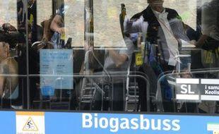 Des passagers dans un bus roulant au biogaz à Stokholm, le 8 juin 2013