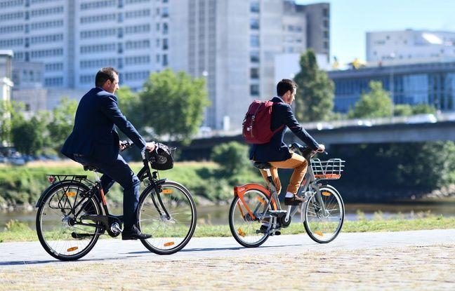 Deux cyclistes à Nantes, l'un sur un vélo «Mon Bicloo», l'autre sur un «Bicloo plus»
