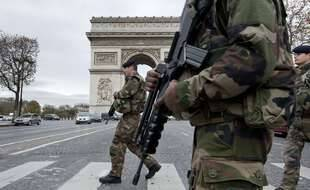 Des militaires sur les Champs-Elysées le 16 novembre 2015