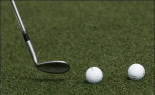 Deux balles de golf et un club (illustration).
