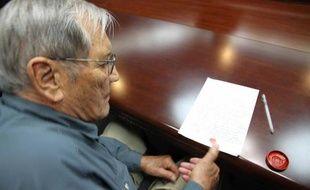 """Un vétéran américain de la guerre de Corée âgé de 85 ans est arrivé visiblement soulagé samedi à San Francisco après avoir passé plus d'un mois dans les geôles nord-coréennes pour """"actes hostiles""""."""