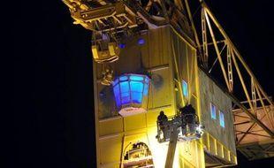 Un homme qui s'est retranché toute la journée de vendredi en haut d'une grue géante située au coeur de Nantes dans les anciens chantiers navals, pour un problème de garde d'enfant, s'apprêtait à y passer la nuit vendredi soir tandis que les forces de sécurité s'organisaient pour une veille, a constaté une journaliste de l'AFP.