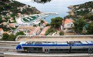 Ensues la redonne le 31 mai 2011 - Le train de la côte bleue qui relie Marseille à Sausset en passant par Ensues la redonne ( photo ) et Niolon