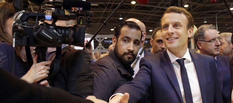 Alexandre Benalla, à gauche d'Emmanuel Macron sur la photo, le 1er mars 2018.