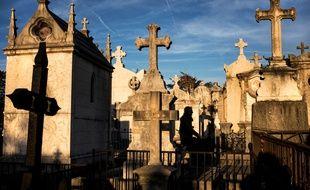Cinq tombes dégradées dans un cimetière près de Pau.