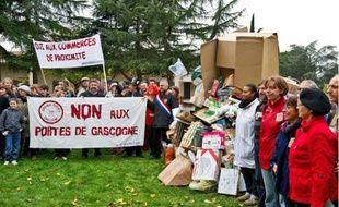 La centaine de manifestants a construit une pyramide de déchets pour dénoncer la société de surconsommation et le gaspillage.