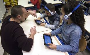 Deux enfants d'une école marseillaise apprennent la lecture grâce à une application