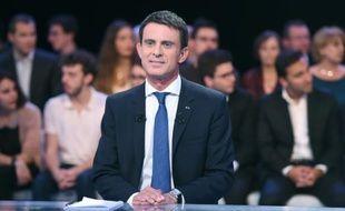 """Le Premier ministre Manuel Valls sur le plateau de France 2 lors de l'émission """"Des Paroles et des Actes"""", le 24 septembre 2015"""