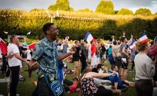 Supporters regardant la diffusion sur un ecran geant de la demi-finale de la coupe du monde 2018 entre le France et la Belgique. Credit Vincent Loison/SIPA