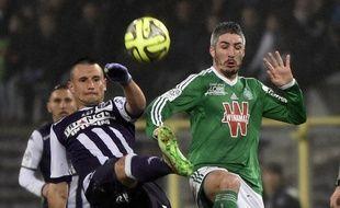 Dragos Grigore (Toulouse, à gauche) et Fabien Lemoine (Saint-Etienne) lors du match de Ligue 1 TFC - ASSE, le 28 février 2015.