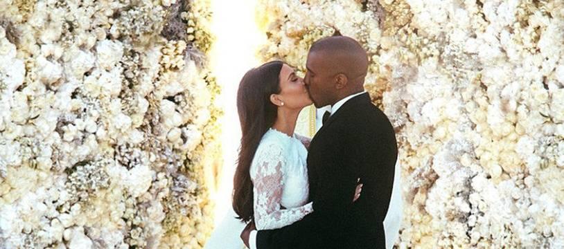 La femme d'affaires Kim Kardashian et le rappeur Kanye West le jour de leur mariage