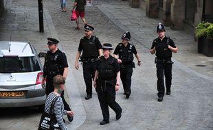 Des policiers britanniques dans les rues de Manchester, samedi 27 mai.