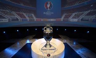 Le trophée de l'Euro exposé à Paris en juin 2013.
