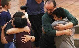 Des familles se sont recueillies dimanche après la tuerie d'El Paso au Texas dimanche 4 août 2019.