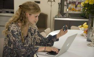 Une jeune femme fait un paiement sur Internet.