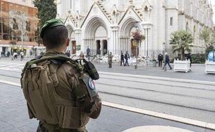 Un militaire de l'operation Sentinelle face à la basilique Notre-Dame de l'Assomption, à Nice, le 3 novembre 2020