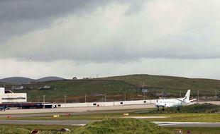 Un avion de la compagnie Flybe dans un aéroport écossais.