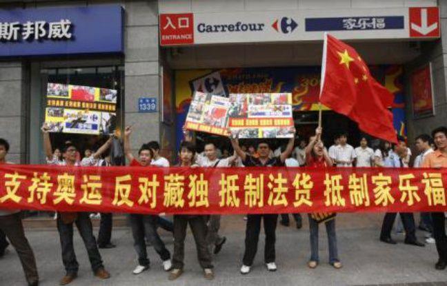 Manifestation contre un magasin Carrefour, à Guangzhou, dans la province de Guangdong, en Chine, le 20 avril 2008.