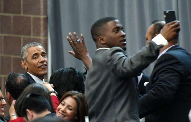Un homme prend un selfie avec Barack Obama dans le New Jersey, le 18 mai 2015.