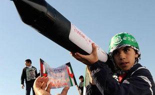 Un jeune garçon défile en exhibant un faux lance-roquette lors d'une manifestation pour protester contre l'offensive israélienne à Gaza, Koweit City, le 9 janvier 2009.