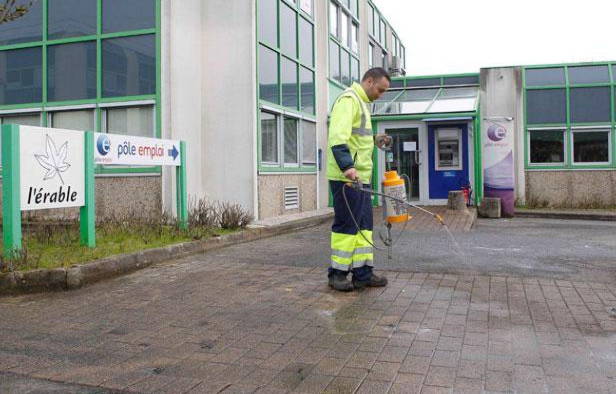 Un employé municipal nettoie le sol après l'immolation d'un homme devant une agence Pôle Emploi de Nantes (Loire-Atlantique). – FABRICE ELSNER/20MINUTES
