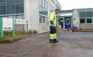Un employé municipal nettoie le sol après l'immolation d'un homme devant une agence Pôle Emploi de Nantes (Loire-Atlantique).
