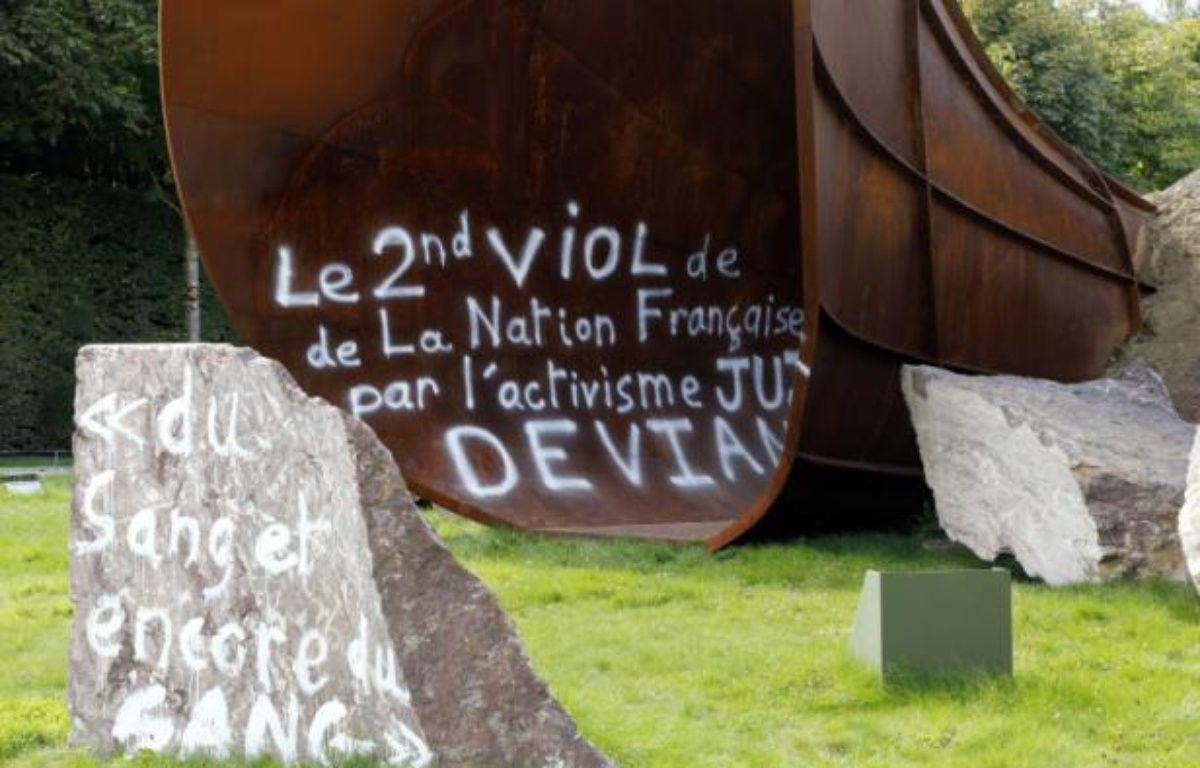 """Photo prise le 6 septembre 2015 à Versailles de l'oeuvre """"Dirty Corner"""" de l'artiste britannique Anish Kapoor, à nouveau vandalisée – FRANCOIS GUILLOT AFP"""